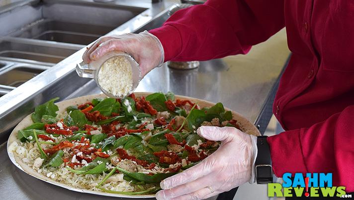 Making my very own Mediterranean Chicken pizza. - SahmReviews.com #PapaMurphysMom