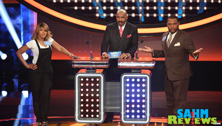 Anthony Anderson and Toni Braxton face off on Celebrity Family Feud. - SahmReviews.com #CelebrityFamilyFeud #InsideOutEvent #ABCTVEvent