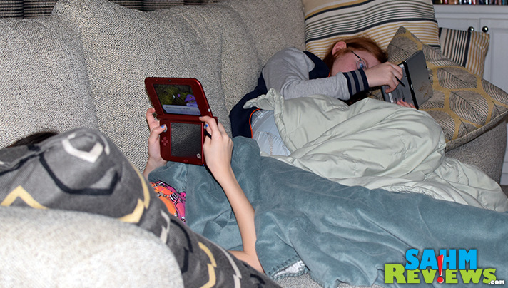 Sibling bonding can take all shapes, including side-by-side gaming on the Nintendo 3DS. - SahmReviews.com #YOKAIWATCH