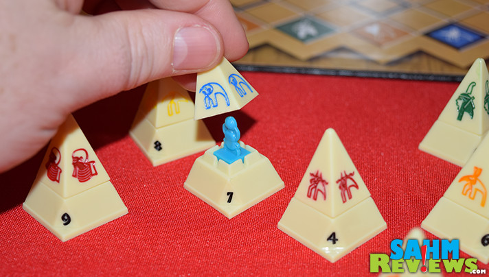 Battle of the Pyramids seems to be a combination of Stratego and Checkers. Find out if this odd mashup works in our latest article about Thrift Treasure finds! - SahmReviews.com